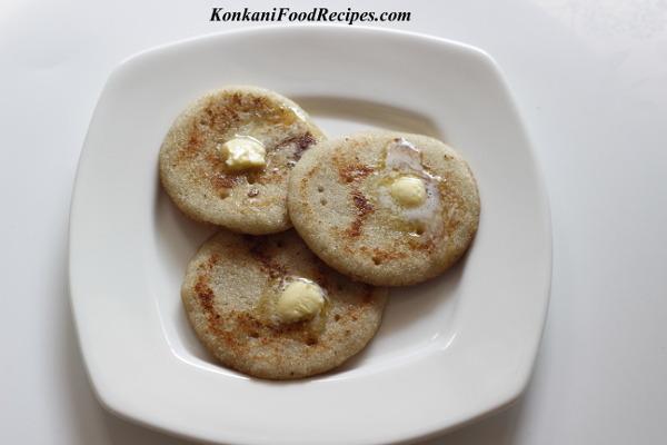 Sweet Semolina Pancakes With Bananas (Kelle Rulava Doddak)