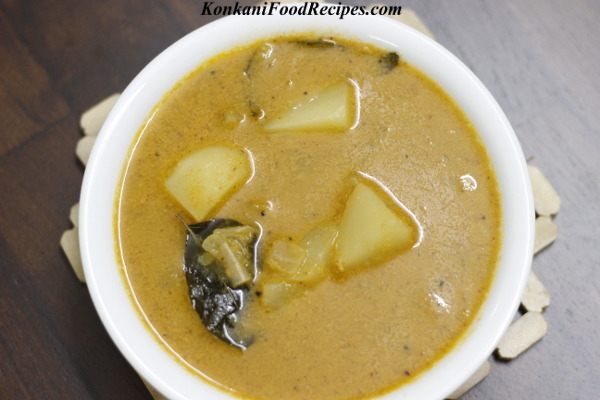 Potato Onion Gravy (Batat Piyav Ambat)